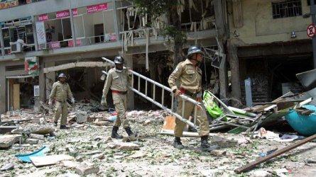 Bombeiros trabalham no local da tragédia